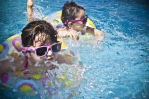 Enfants jouent dans la piscine